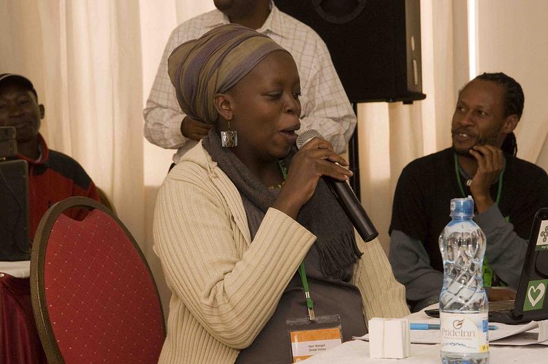 Блогърката KenyanPoet и Ндесанджо (в дясно) ни дават кратък урок по суахили. Asante sana (благодаря)! Серия GV2012 във Flickr (@LauraSchne, CC-by-NC-SA 2.0)